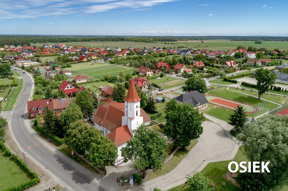 Widok z lotu ptaka na kościół w Osieku