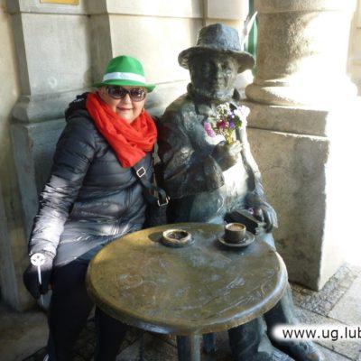 Lubińscy seniorzy w Krakowie z posągiem