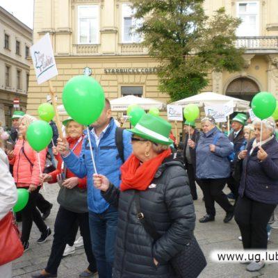 Lubińscy seniorzy w Krakowie na rynku z balonami