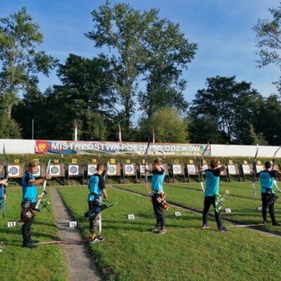 Młodzi strzelcy strzelają do tarcz