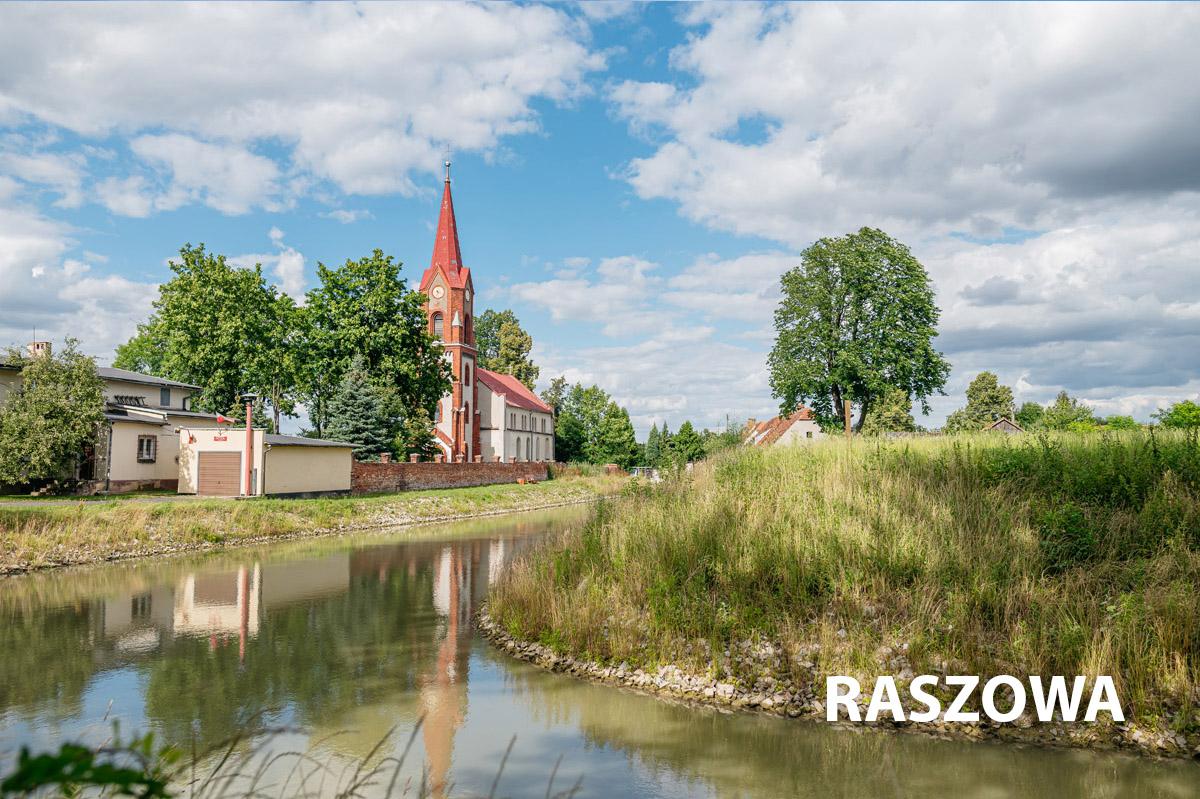 Raszowa-widok na wodę i kościół parafialny