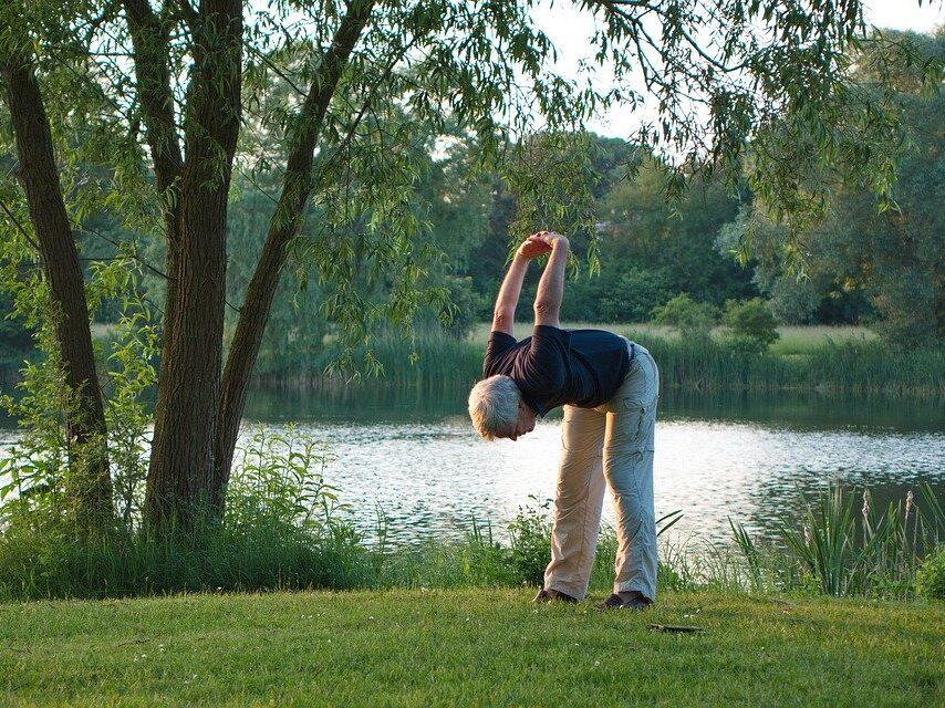 Senior ćwiczący na trawie