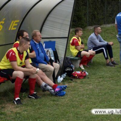 Piłkarze Rzaszówki przy ławeczkach
