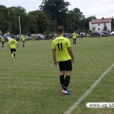 Piłkarz Victoria Niemstów na boisku