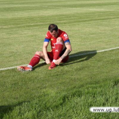 Piłkarz Unii siedzi na boisku