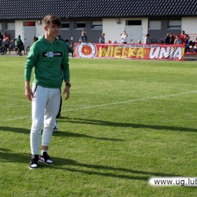 Młody chłopak na boisku