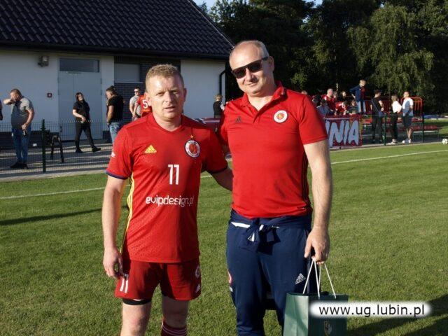 Piłkarz Unii odbiera nagrodę