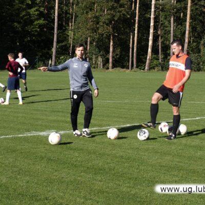 Rozgrzewka przed meczem, zawodnik i trener z Kłopotowa -Osieka.