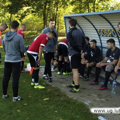 Ławka gospodarzy wraz z piłkarzami rezerwowymi.