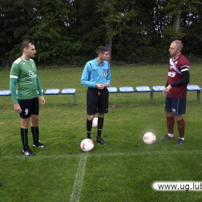Sędzia główny i kapitanowie drużyn przed pierwszym gwizdkiem.