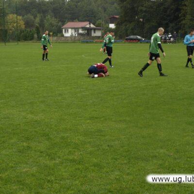 Ostra walka meczowa, na murawie leży zawodnik Zametu.