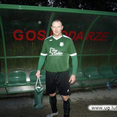 Damian Migacz z Iskry z upominkiem za dobry mecz.