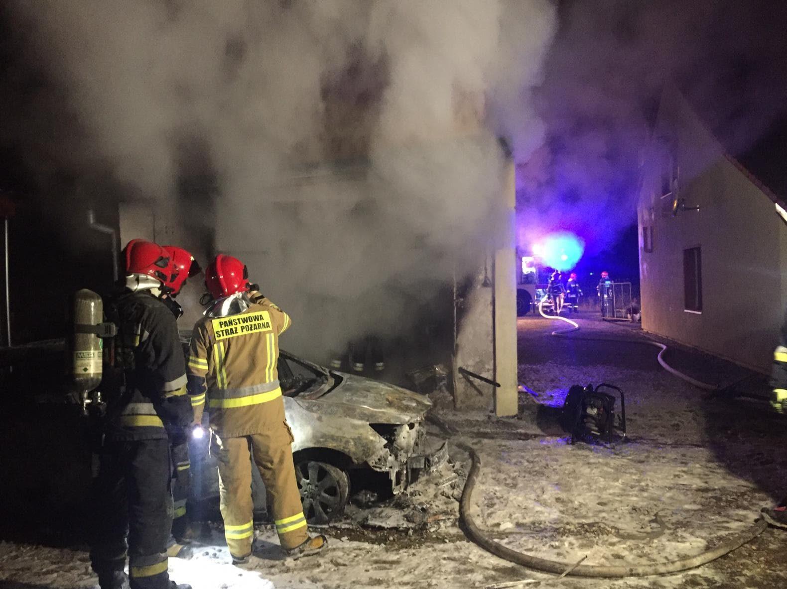 Strażacy z OSP i PSP przy dogaszanym pożarze.