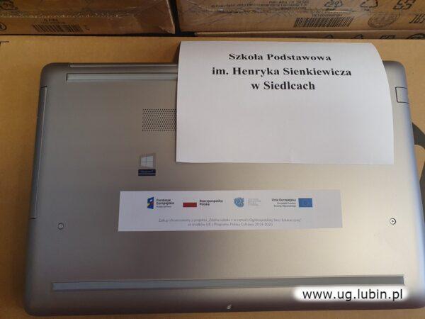 Zgodnie z wymogami każdy laptop oklejony został logo projektu, z którego pozyskano dofinansowanie.
