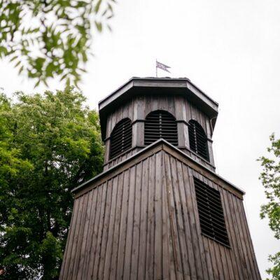 Drewniana dzwonnica w Czerńcu.