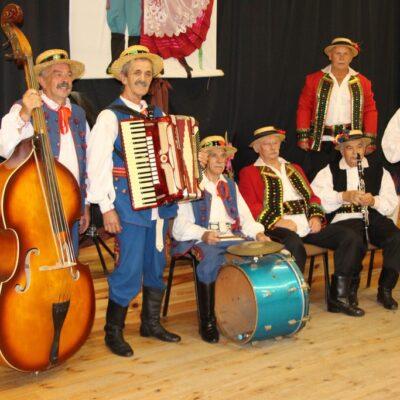 W kapeli występuje sześciu muzyków.