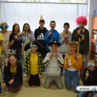 Młodzież i nauczyciele chętnie przyłączyli się do wspólnej zabawy..