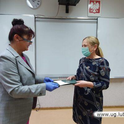 Dyrektor Lucyna Szudrowicz wręcza nagrodę Agacie Szczytyńskiej-SP w Raszówce