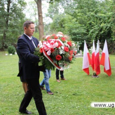 Złożenie kwiatów na grobie