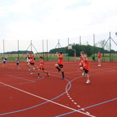Dzieci biegną na boisku