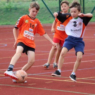 Gra dzieci na boisku