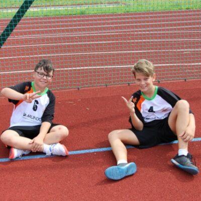 Dzieci siedzą na boisku