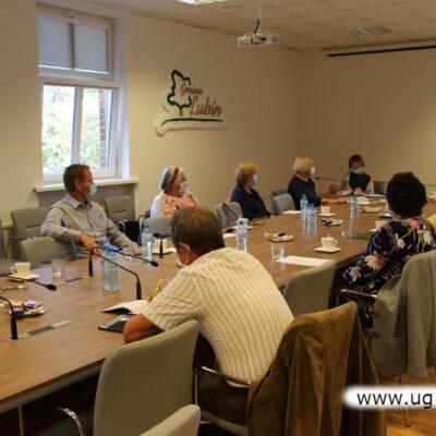 Seniorzy wysłuchali informacji o działaniach podejmowanych przez fundację.