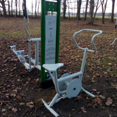 Orbitrek i rowerek - sprzęt do ćwiczeń na swieżym powietrzu.