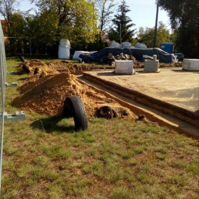 Wokół boiska powstaje opaska z betonowej kostki.