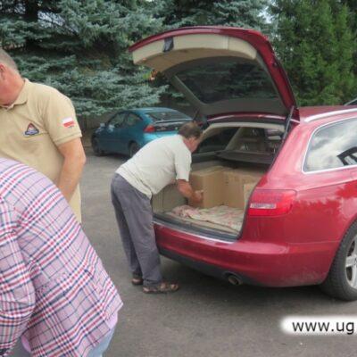 Wyjmowanie kartonów z dostawą sprzętu z samochodu
