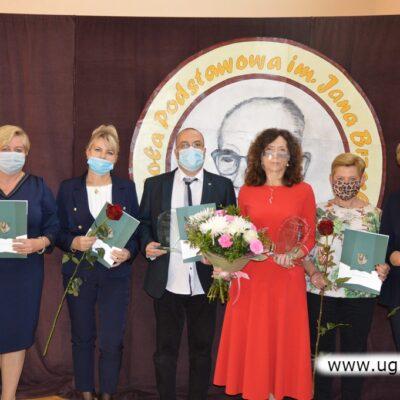 SP Szklary Górne- zdjęcie grupowe osób nagrodzonych