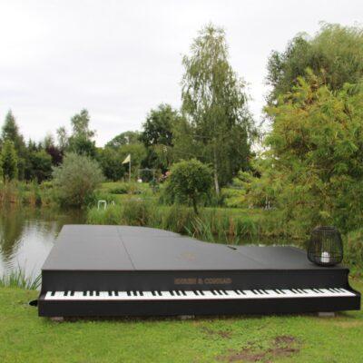 Pomost w kształcie fortepianu.