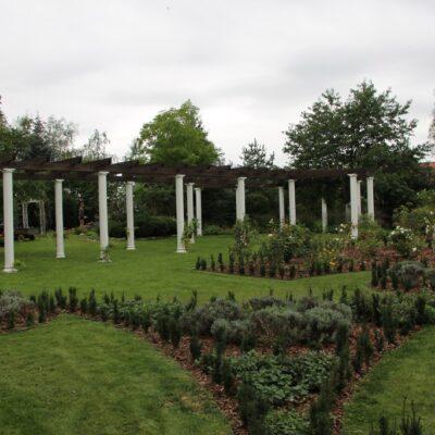 Widok na ogród od strony kolumnady.