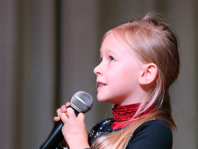 Śpiewająca dziewczynka do mikrofonu