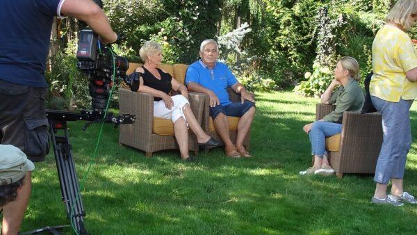 """Alicja Maćkowiak z mężem w trakcie nagrywania programu """"Maja w ogrodzie""""."""