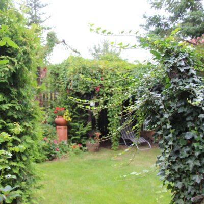 W ogrodzie zastosowana została tzw. wieloplanowość.