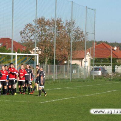 Rzadki widok - 10-ciu zawodników obu drużyn przy linii bramkowej.