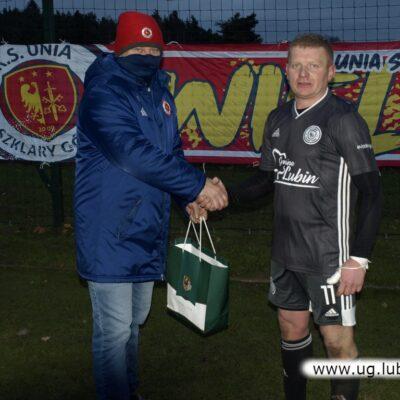 Radny Tomasz Fuczek wręcza nagrodę Michałowi Kogusowi.