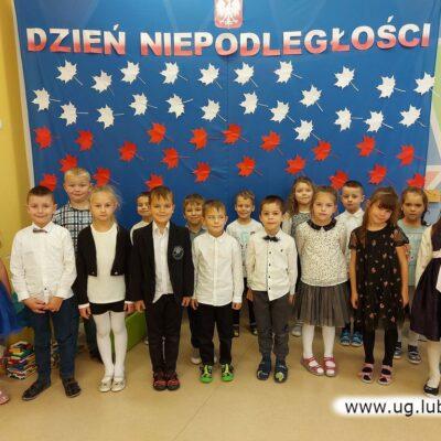 A na koniec pamiątkowa grupowa fotografia na tle niepodległościowej dekoracji.