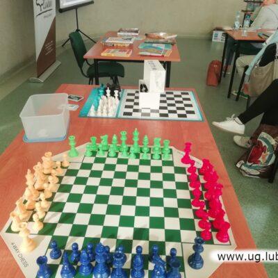 Czterokolorowe szachy ułatwiają szkoleniowcom pracę.