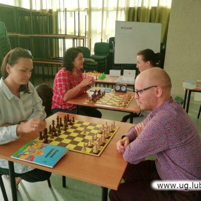 Drugiego dnia szkoleń uczestnicy rozgrywali już szachowe partie, także z trenerem.