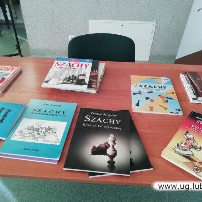 Jest wiele publikacji pomagających w nauce gry w szachy.