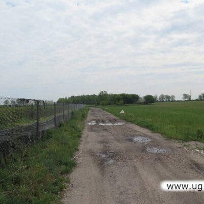 Wzdłuż drogi są działki budowlane i powstają nowe domy.