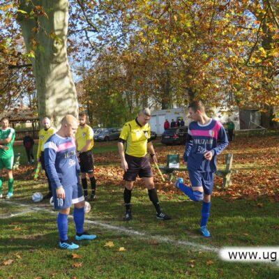 Mecz rozegrano bez publiczności, w pięknym słońcu i jesiennych barwach.