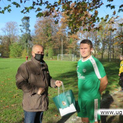 Jerzy Tadla wręcza nagrodę zawodnikowi Platana.