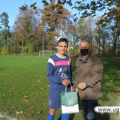 Jerzy Tadla wręcza nagrodę zawodnikowi Huzara.