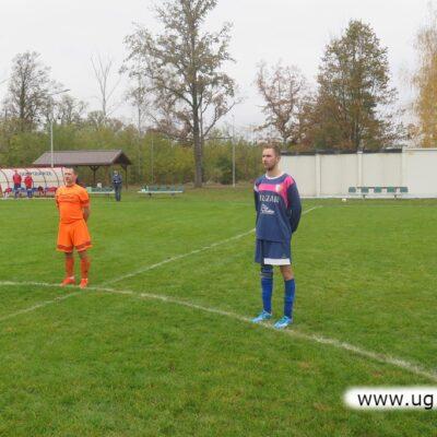 Zawodnicy obu drużyn śpiewają Hymn Polski.