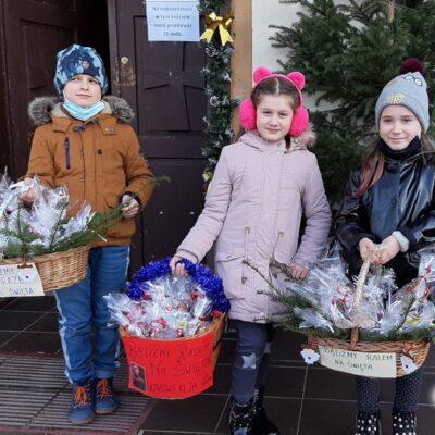 Najmłodsi mieli w koszykach pierniczki i kartki świąteczne.