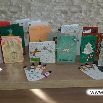 Kartki wykonano w domu wspólnie przy rodzinnych stołach.