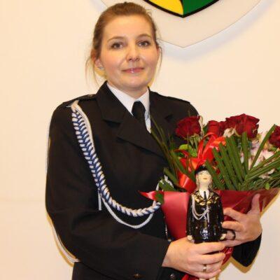 Monika Siwak z kwiatami i statuetką.